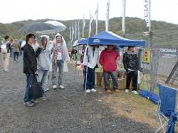 雨の中の観戦 参加者