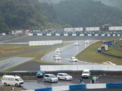 雨の中疾走するWTCCカー