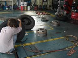 大型タイヤは、ラリーでは人力で行うが、確実にコナシマスー
