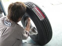 新品タイヤ、そしてフラップをハメコミます。