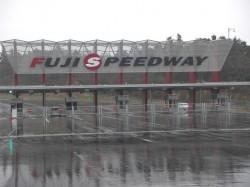 雨の富士スピードウェイだ!