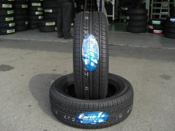 YOKOHAMA Earth-1 215/60R16 タイヤ全体