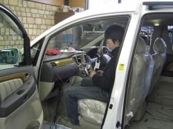 アルファード新車,ナビ取り付け,慎重な作業の入る