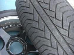 ADVAN-ST フロント側の磨り減ったタイヤトレッド面