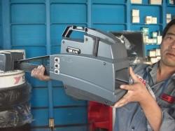 SICAM 測定センサー持ち上げる店長