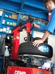 タイヤ交換するマッチャン