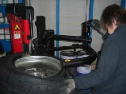 タイヤを組み付け中!