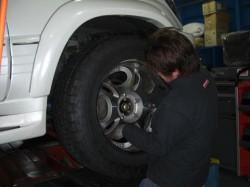 車に組み付けたタイヤを取り付け!