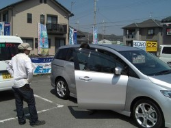 車の点検、説明を営業マンがお客様にしてます!