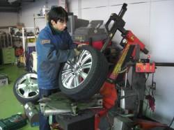 タイヤを組み付けます