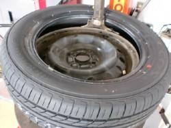 タイヤ組み換え中